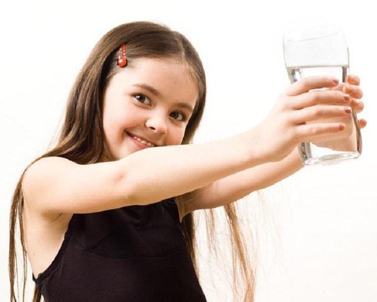 Khuyên trẻ uống nước thường xuyên để hạn chế những cơn đau dạ dày